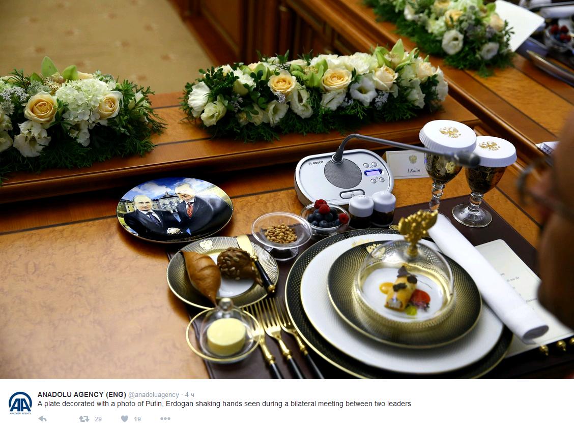 СМИ увидели наобеде делегаций тарелки сизображением рукопожатия Эрдогана и В.Путина