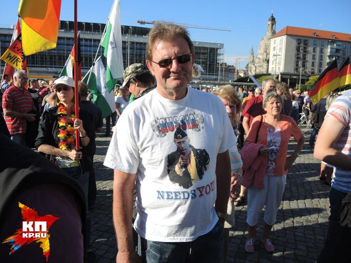 Протестующий в футболке с Путиным.
