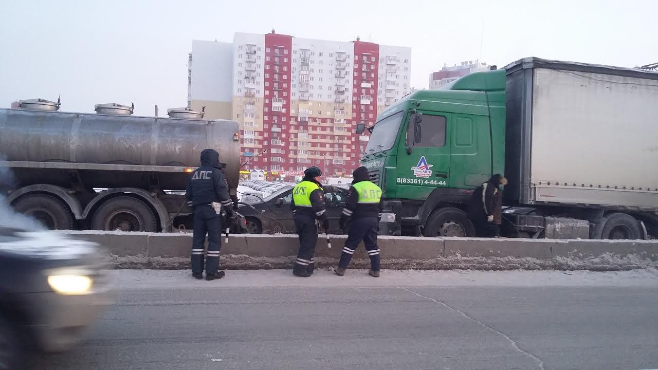 ВТюмени дальнобойщик «парализовал» движение наперекрестке Федюнинского-Пермякова