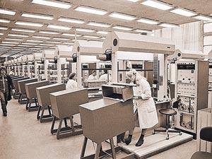Сравните сами: на фото 1984 года - цех Рижского завода «ВЭФ» по выпуску лучших в СССР телефонов. Фото: РИА Новости