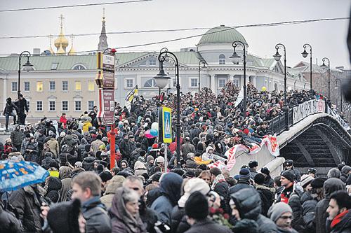 Акции протеста в Москве скандинавские дипломаты посещали с большим интересом, стараясь не попадать в прицелы видеокамер. Фото: Марина ВОЛОСЕВИЧ
