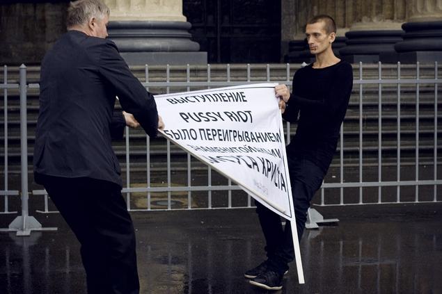 Охранник Казанского собора зачем-то полез к плакату