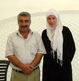 Этот добродушный на вид человек (на фото слева) - заместитель командующего оппозиционной Сирийской свободной армией Малик аль-Курди. Автору репортажа Дарье Асламовой пришлось превратиться в «местную жительницу», чтобы взять у него интервью.