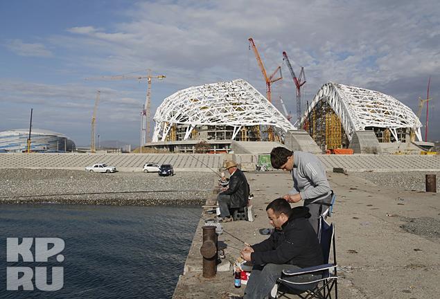 Олимпийские объекты в Сочи еще возводятся, а в Счетной палате уже волнуются: как это все будет использоваться после завершения Игр? На снимке: пока местные рыбаки ловят рыбу, «стройка века» идет своим ходом Фото: REUTERS