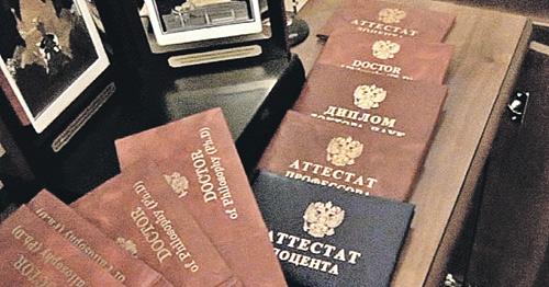 В кабинете Шамхалова следователи обнаружили целый склад корочек.