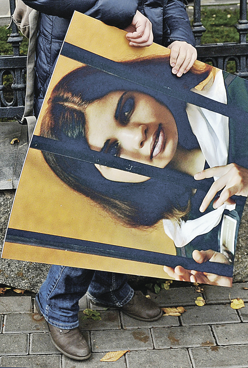 Женщина держит плакат во время одиночного пикета в поддержку участницы панк-группы Pussy Riot - Надежды Толоконниковой.