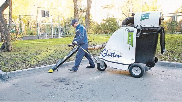 Уличный пылесос стоит, как простенький автомобиль. Нелегалу-дворнику его никто не доверит.