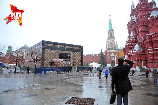 А это не просто чемодан, а павильон для выставки «Душа Странствий» Фото: Евгения ГУСЕВА