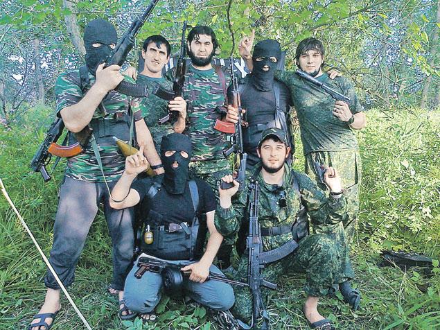 Кизилюртовская бандгруппа. Внизу справа - русский паренек Виктор (Валид) Волков.