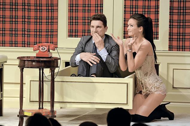 Большую часть времени в спектакле «№ 13D» Андреевой приходится бегать по сцене  в нижнем белье (на фото - с актером Сергеем Угрюмовым). Фото: Иван ВИСЛОВ