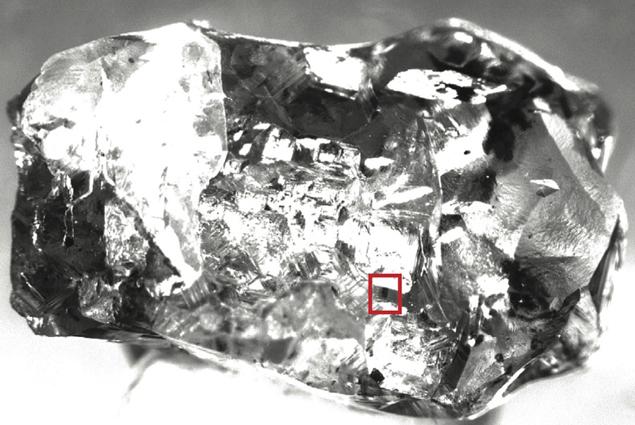 Кристалл рингвудита замурован внутри алмаза