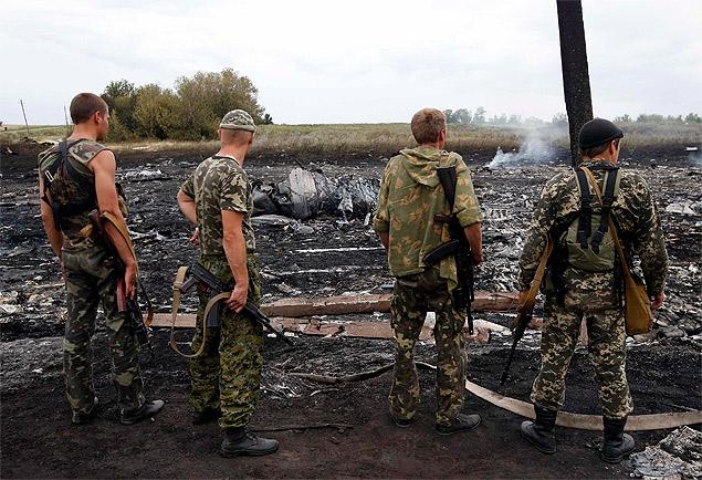 Ополченцы на месте крушения. Фото: REUTERS
