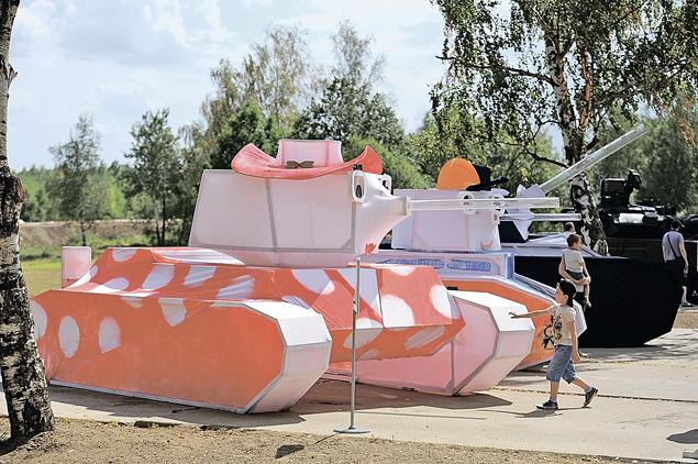 Экспозиция «Вежливые танки» - папа, мама и сынишка - стала самым фотографируемым объектом на чемпионате. Фото: Иван ВИСЛОВ