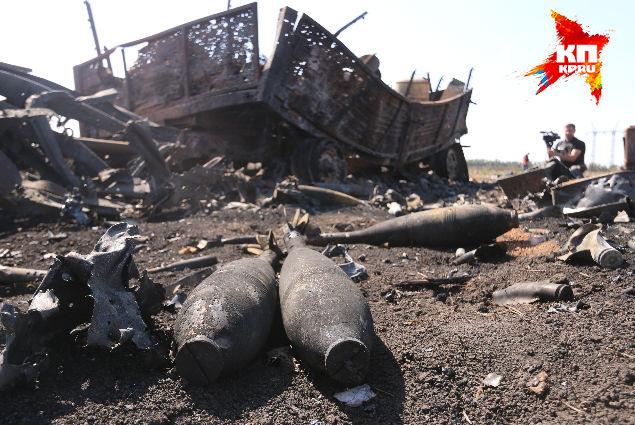 Артиллерия накрыла и грузовики с минами, сейчас они валяются у дороги Фото: Александр КОЦ, Дмитрий СТЕШИН
