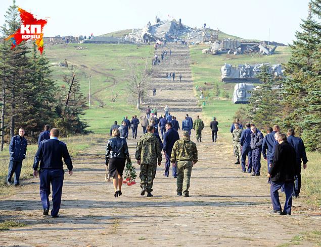 На печально известной высоте в субботу хоронили героев, погибших в ходе боев на Донбассе Фото: Виктор ГУСЕЙНОВ