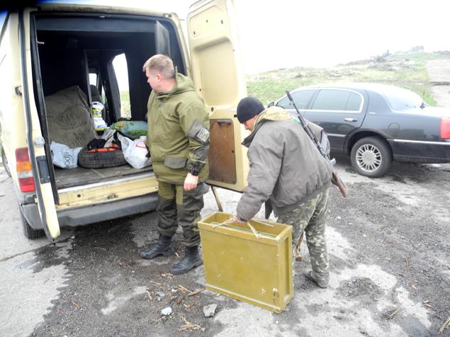 Передача грузам ополченцам. Фото: Александр ГРИШИН
