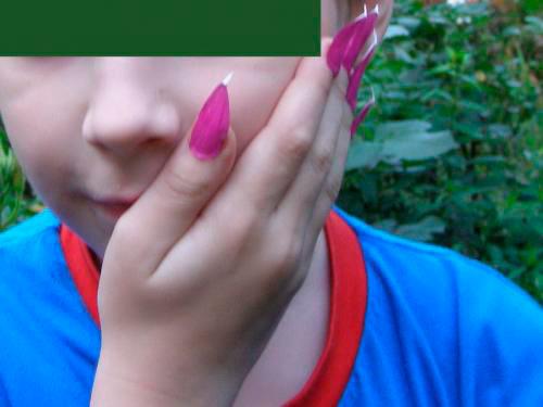 Во дворе юные модницы щеголяли такими вот накладными ногтями. Фото tamboff.ru.
