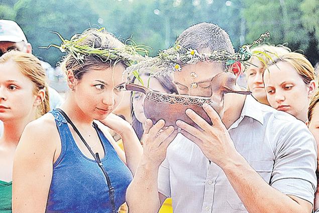 В парке женятся понарошку, но кто его знает, чем дело обернется... Фото: Владимир ВЕЛЕНГУРИН