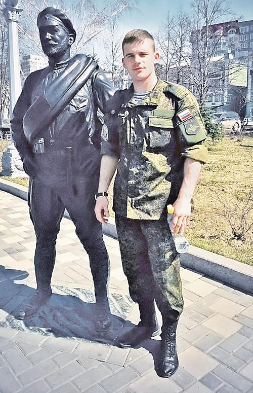 Памятник красноармейцу Сухову в Самаре. Перед отъездом в Донбасс боец Медведь сфотографировался со своим любимым киногероем. Фото: семейный архив.