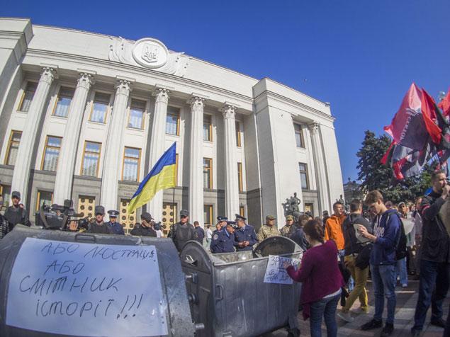 В Кремле не согласны с тем, что в России «душат свободу слова»,  и предлагают сравнить ситуацию в нашей стране и на «демократической» Украине: там не просто оппонентов, но даже депутатов Верховной рады избивают и засовывают в мусорные баки. Фото: ТАСС