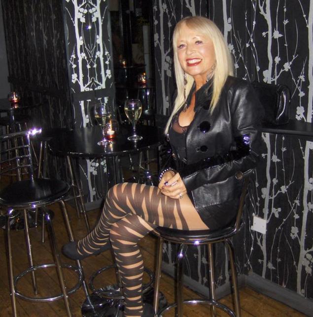Когда Джейн Пеш входит в свой любимый бар, все головы поворачиваются ей вслед. Фото: Facebook.