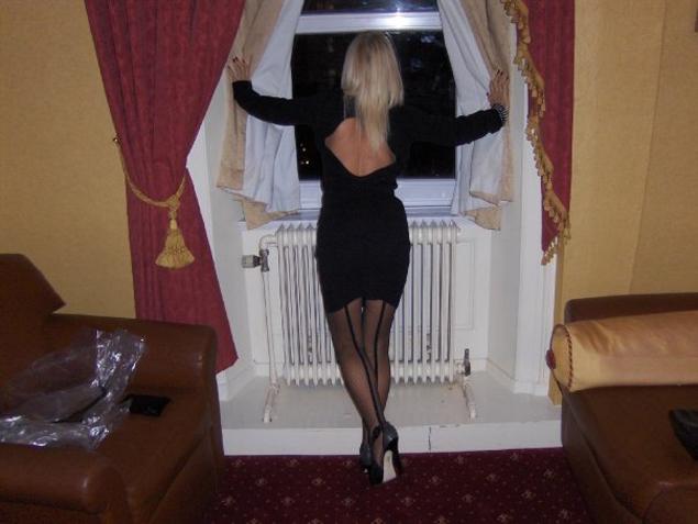 - Предполагается, что в моем возрасте нужно носить комфортабельные кардиганы и туфли на плоской подошве. Но это же так скучно! – смеется Джейн.