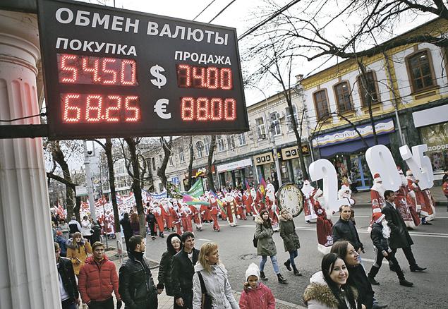 Новый год россиянам приходится встречать тоже  с новыми, удивительными курсами валют... Фото: Николай ХИЖНЯК