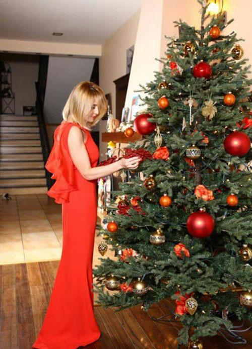 Пока Леонид Агутин готовился к финалу «Голоса», его супруга наряжала елку и радовалась Фото: СОЦСЕТИ