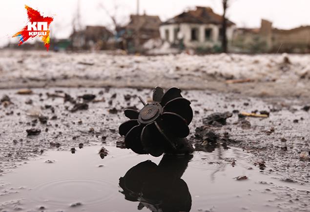 Все поля сражений похожи — разбросанная амуниция, боеприпасы под ногами, рваные разгрузки, обгоревшие броники... Фото: Александр КОЦ, Дмитрий СТЕШИН