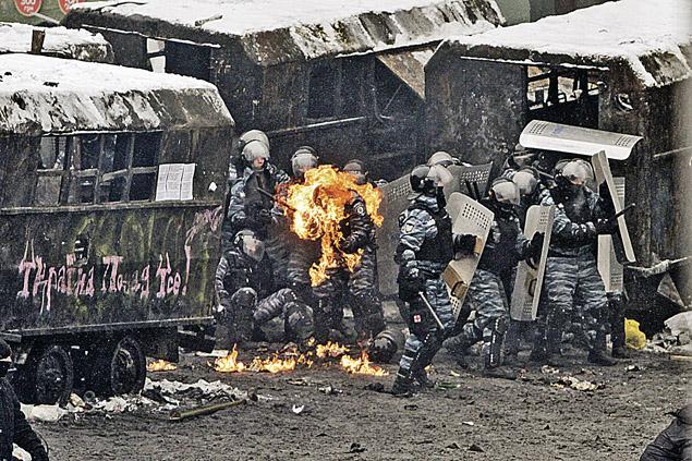 А в это время боевики майдана жгли «коктейлями Молотова» бойцов «Беркута», защищавших подступы к правительственному кварталу.  Фото: Олег ТЕРЕЩЕНКО