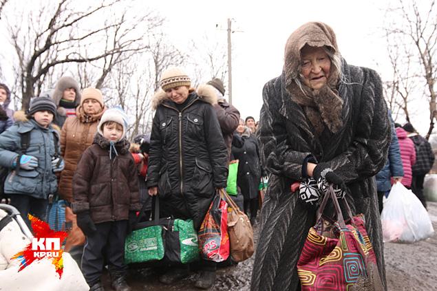 Грязь по колено, чавкает сочно, и по этому месиву идут люди Фото: Александр КОЦ, Дмитрий СТЕШИН