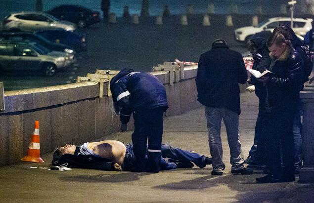 В Немцова попали по меньшей мере четыре пули, причем все - в спину