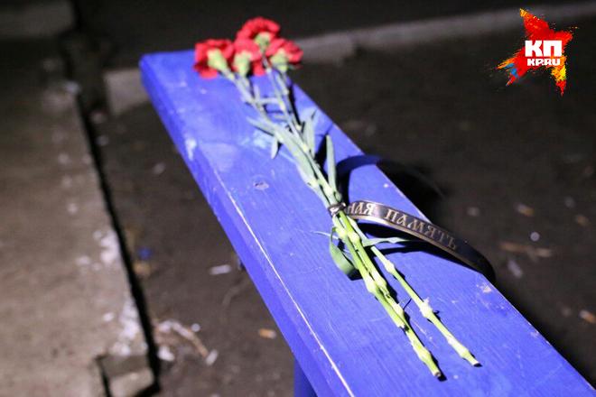 К дому, где жили трое погибших, несут цветы Фото: Роман ЗЛОБИН