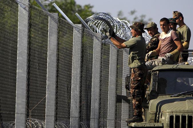 """В """"Европе без границ"""" вновь устанавливаются заборы и растягивается колючая проволока. Фото: REUTERS"""