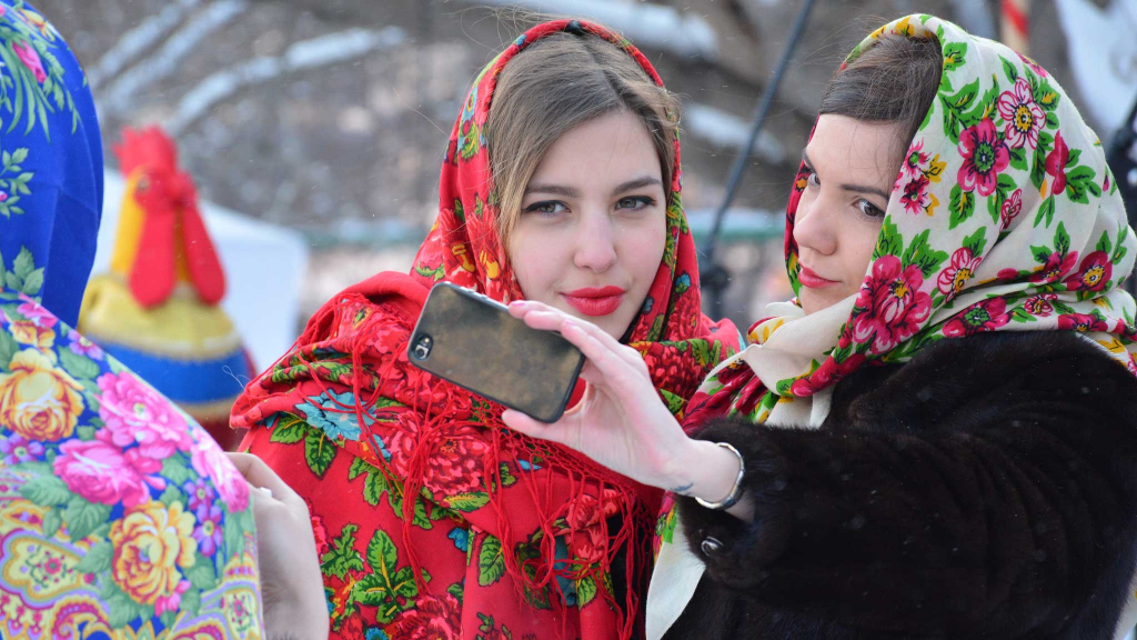 Девушки в павлопосадских платках фотографируются