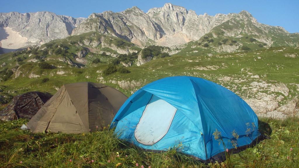 палатки у горы фишт