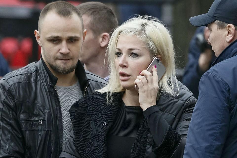 Мария Максакова на месте убийства супруга - Дениса Вороненкова.