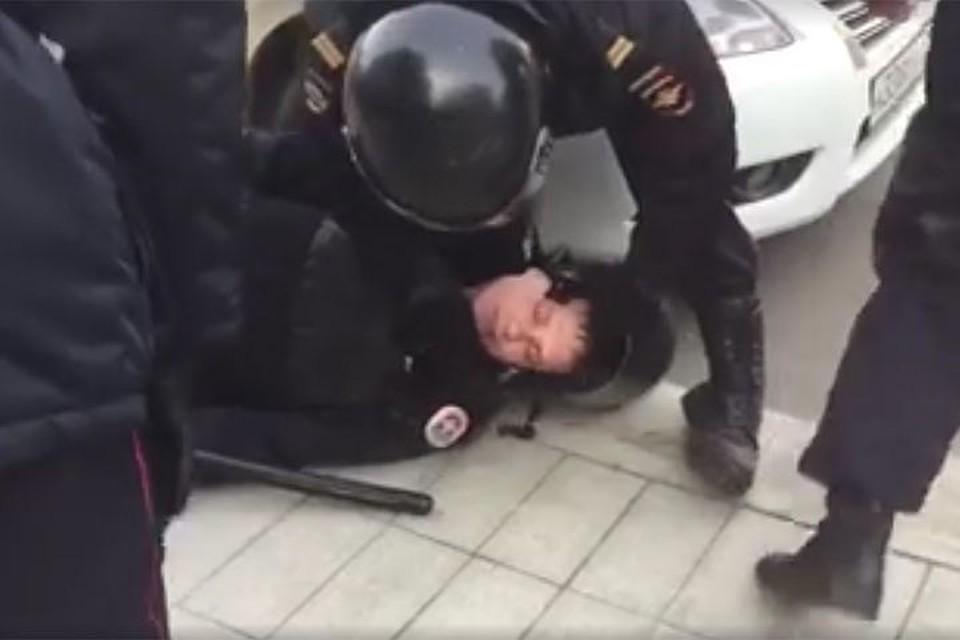 Полицейский попал в больницу после нападения участников несанкционированного митинга в Москве