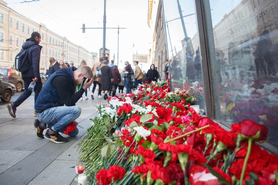 Петербург скорбит по погибшим в теракте в метро.