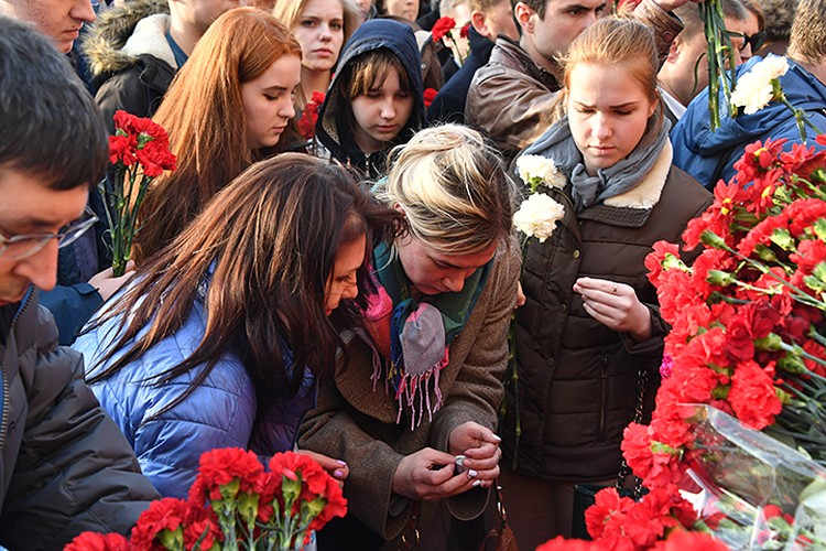 В четверг в центре Москвы несколько тысяч людей собрались на акцию памяти жертв теракта в питерском метро