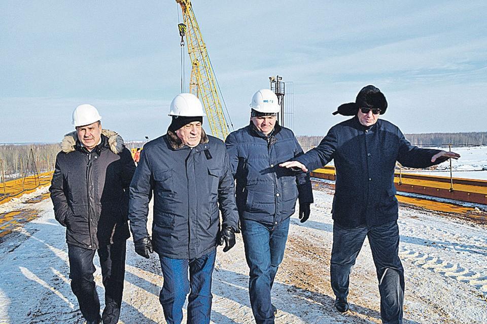 Год до ареста. Александр Соловьев (на фото - второй слева) осматривает недостроенный мост. Александр Забарский (крайний справа) обещает, что все будет хорошо. Фото: Пресс-служба главы Удмуртии