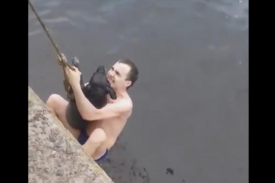 Игорь держался за трос и не выпускал собаку.