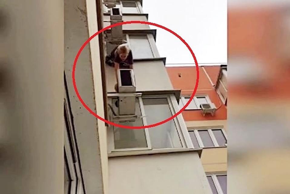 2f120950e1ee В Краснодаре девушка вылезла из окна балкона на 14 этаже, чтобы ...