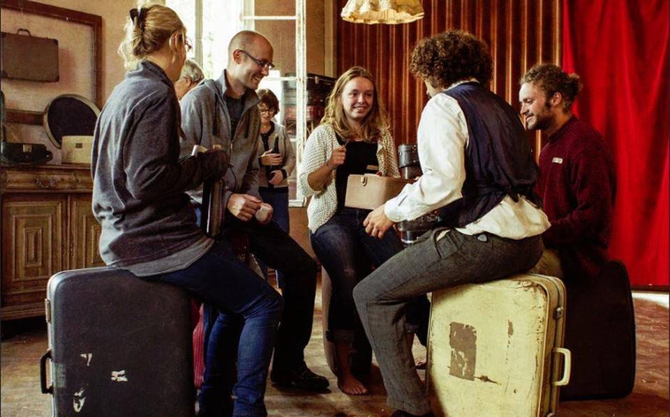 Вот такое искусство: сцена - целый дом, актеры готовы общаться со зрителями и приглашают их в гости. Фото: театр Kamchatka.