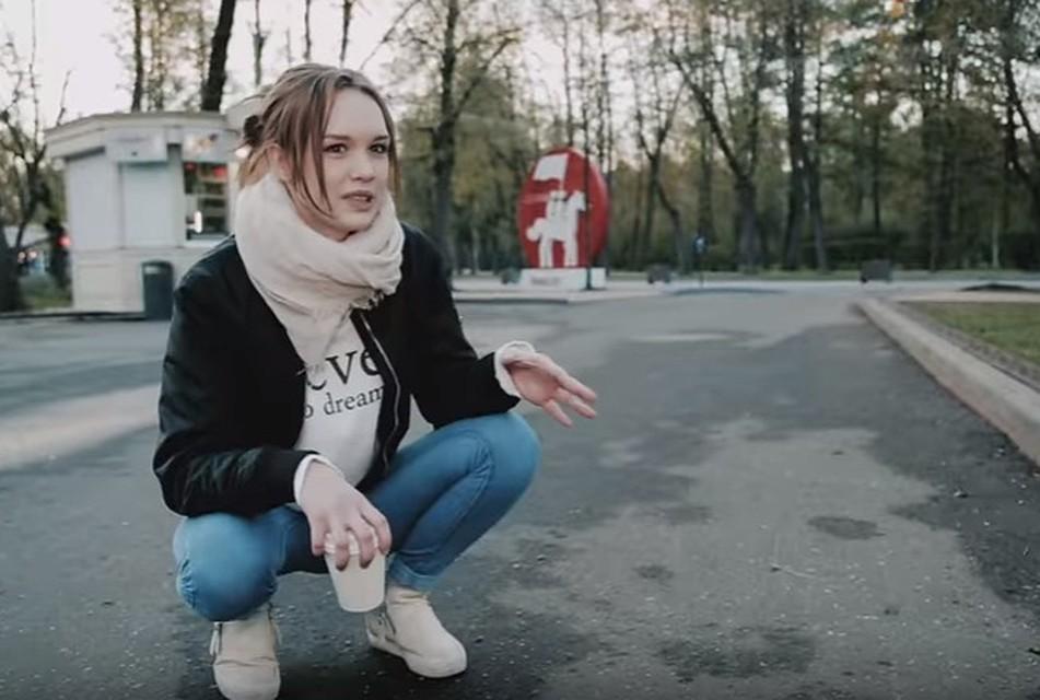 Сексуальная девочка дала прямо в туалете порно видео