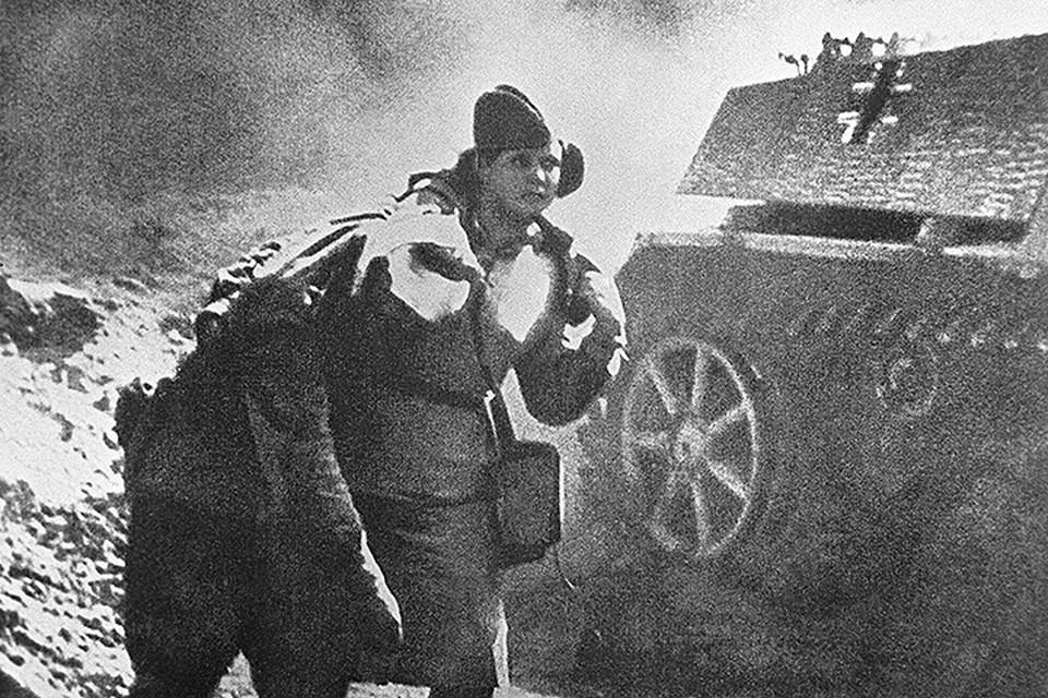 Медсестра выводит раненого с поля боя, 1944 год. Фото Георгий Коновалов /Фотохроника ТАСС/