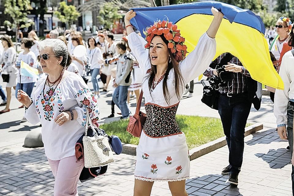 Украина может вся переодеться в вышиванки и завернуться в жовто-блакитные стяги, но это не изменит нашего общего прошлого и не улучшит будущего незалежной. Фото: Gleb Garanich/REUTERS