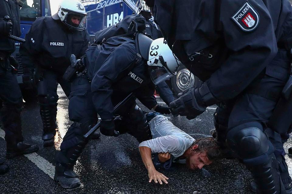 На митингах в ФРГ полиция далеко не всегда носит жетоны; даже в случае превышения полномочий доказать вину конкретного офицера бывает почти невозможно