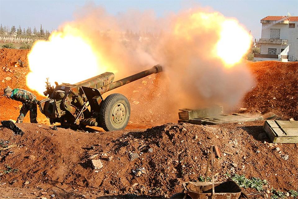 Артиллерия сил Сирийской Арабской Армии ведёт обстрел позиций противника.