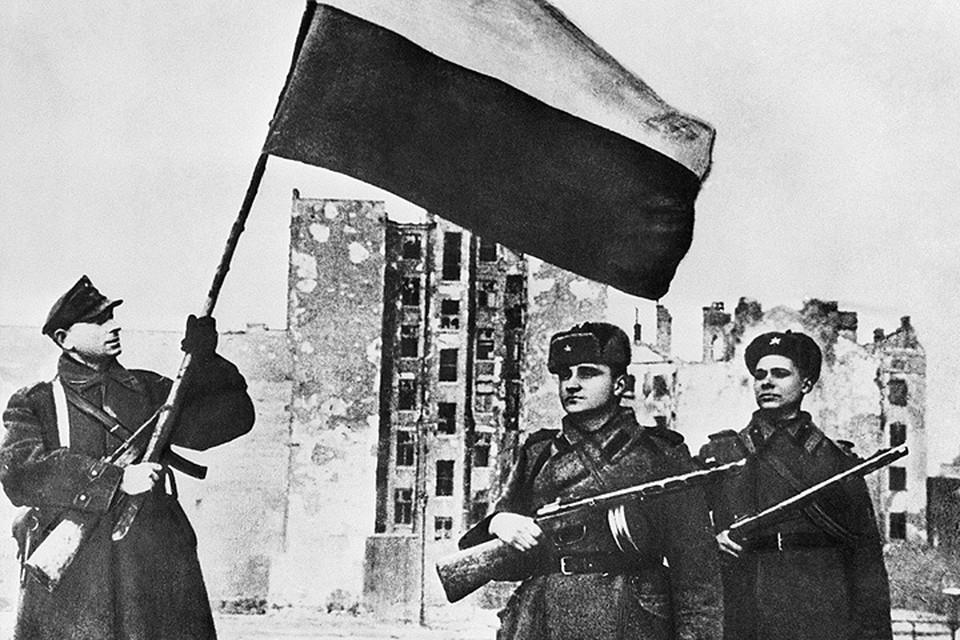 Январь 1945 года. Варшава. Польский флаг в освобожденном городе. ФОТО Фотохроника ТАСС